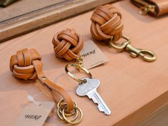 Crochet ideas that you'll love Leather Key Holder, Leather Key Case, Leather Keyring, Leather Earrings, Leather Jewelry, Leather Wallet, Leather Art, Sewing Leather, Leather Gifts