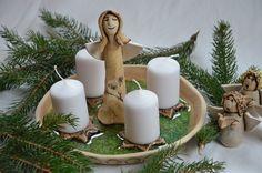 Adventní svícen IV. Adventní svícen ze světlé hlíny...v přírodním stylu...s roztaveným zeleným sklem ... průměr cca 21cm ...andílci nejsou součástí svícnu...lze je ale dokoupit samostatně....a postavit si ho můžete buď do středu svícnu viz.foto nebo vedle na stůl...andílky mám k dostání ve více variantách ... svíčky nejsou součástí