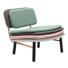 """Le studio de design Milanais Skrivo a conçu pour l'éditeur Contempo Italia la chaise """"Stack"""", qui se compose d'une structure de bois et de métal sur laquelle viennent s'empiler de nombreux coussins multicolores."""