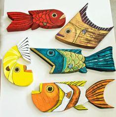 Marc a mano estos peces de . Cardboard Crafts, Clay Crafts, Wood Crafts, Fish Wall Art, Fish Art, Wooden Art, Wood Wall Art, Palm Frond Art, Motif Art Deco