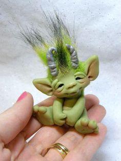 Big Goblin Baby Troll -Oegur- by Amber Matthies Elf Doll, Troll Dolls, Fairy Dolls, Polymer Clay Animals, Polymer Clay Crafts, Polymer Clay Projects, Polymer Clay Creations, Cute Creatures, Fantasy Creatures