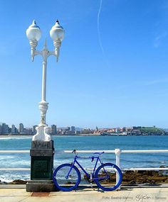 En la foto, un buen plan para bajar el cachopo. #Playa #Beach #Mar #Sea #Cantábrico #Olas #Waves #Bici #Bike #Ciclistas #Bikers #Cyclists #Gijón #Xixón #Asturias #Asturies #AsturiasConSal #NorthernSpainWithZest #Turismo #Tourism