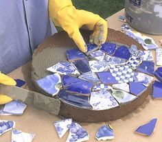 Mosaic Stepping Stones — will use premade concrete stepping stones with thin set , when dry, grout. Complete border of Mrs. J's Reading Garden - Tile-Topped Stepping Stones Mosaic Crafts, Mosaic Projects, Mosaic Art, Mosaic Glass, Mosaics, Pebble Mosaic, Stained Glass, Mosaic Mirrors, Mosaic Ideas