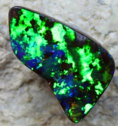 8.75 CTS VERY BRIGHT ELECTRIC GREEN BLUE BOULDER OPAL