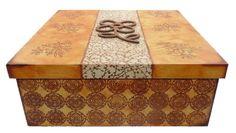Caixa grande em MDF decorada com pintura em carimbos e aplique de MDF, ideal para organizar seu espaço!     Acabamento artesanal com pintura e tecido. Fundo com revestimento para proteger o mobiliário e evitar riscos.