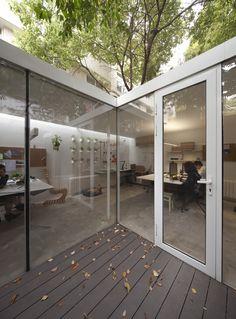 Construido por Lukstudio en Shanghai, China con fecha 2014. Imagenes por Peter Dixie. Muchos momentos valorados en arquitectura se manifiestan a través de la síntesis entre el espacio interior y el exter...