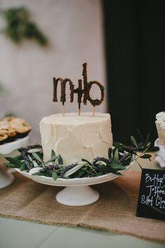 Pièce montée 2017  Super #rusticcaketopper  aime la verdure qui a décoré ce gâteau #wedding