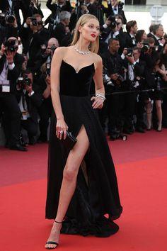 Toni Garrn  en Cannes, con un vestido negro tan sofisticado y fresco como ella, me encanto el toque diferente.