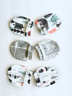 Cute baby Mittens made of GOT organic cotton.  - Newborn no scratch mittens: for baby 0-3 month  - Lightweight newborn mittens made of one layer organic cotton knit fabric  - The fabric is made in USA and digitally print with environmentally friendly paints and water-based dye  -The mittens are one layer with a cuff on the top  / Baby Swoon <3