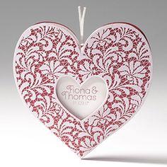 Trouwkaartje in hartvorm met rood metallic papier en kant.