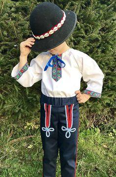 Komplet sa skladá z košielky a nohavíc. Košielka je zdobená krojovkou, ušitá je zo 100% bavlny. Košielka môže byť aj v inej variante zdobenia- košielka Miško, pripadne Jožko v modrej aj čer... Plus 8, Hats, Fashion, Moda, Hat, La Mode, Fasion, Fashion Models, Trendy Fashion