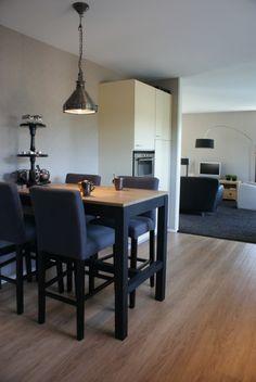Stijlvolle set bestaande uit een tafel en barkrukken van Keijser & Co.