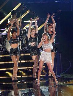 Taylor Swift performing at VMAs 2014, Shake it Off