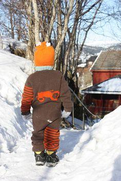 Fritia: Fornøyd gutt. Cardigans, Sweaters, Knitting For Kids, Canada Goose Jackets, Needlework, Knit Crochet, Winter Jackets, Crafts, Dresses