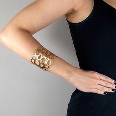 Os braceletes são itens de moda feminina que já se tornaram indispensáveis e o bracelete dourado arabesco vazado traz um desenho inovador com linhas delicadas que vão te deixar ainda mais bonita.