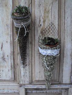 Chicken wire cone Chicken wire cone - The most beautiful garden decor Chicken Wire Art, Chicken Wire Crafts, Garden Crafts, Garden Projects, Art Projects, Jardin Decor, Deco Nature, Most Beautiful Gardens, Deco Floral