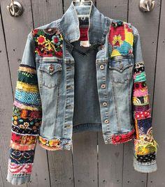Veste en jean hippie boho Veste en jean en denim coloré à ornements - Jean Hippie, Hippie Boho, Edgy Bohemian, Hippie Jeans, Boho Gypsy, Denim Fashion, Boho Fashion, Fashion Outfits, Fashion Ideas