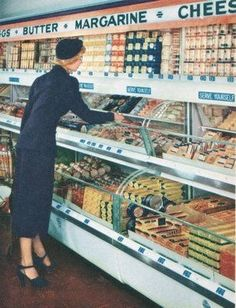 Pleasant Family Shopping They're from 1949 and show a Kroger interior in fine form. Retro Images, Vintage Pictures, Vintage Images, Vintage Advertisements, Vintage Ads, Vintage Shops, Retro Advertising, Vintage Food, Vintage Housewife