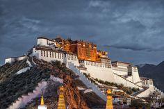 """""""Potala"""" signifie """"montagne mythique"""" en sanskrit. Celui-ci est situé au Tibet, au coeur de la ville de Lhassa. Il est l'ancienne résidence d'hiver du Dalaï Lama ry est constitué d'un palais rouge (réservé à l'étude religieuse) et d'un palais blanc (où séjournait le Dalaï Lama). On les distingue nettement sur la photo.  ©  wusuowei - Fotolia.com"""