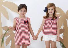 El #vestido de niña Resort #PAZRodríguez es ideal para cualquier día de verano, cómodo y práctico y con un patrón que sienta fenomenal. Rayas marineras en color rojo y blanco: una combinación infalible!