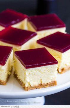 Sernik z galaretką z wina Składniki: ciastka - np. her…