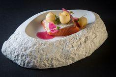 Riccardo Di Giacinto | foto @AromiCreativi | Salmone selvaggio, bignè al caprino, estratto di cipolla rossa