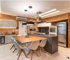 Decoremais Que charme esta cozinha Gourmet Adoro as paredes cobertas com . Kitchen Island Table, Kitchen Dinning Room, Home Decor Kitchen, Home Kitchens, Modern Kitchen Interiors, Interior Design Kitchen, Contemporary Kitchens, Updated Kitchen, New Kitchen