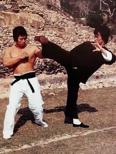 Enter the Dragon Bruce Lee Books, Bruce Lee Art, Bruce Lee Photos, Kung Fu Martial Arts, Martial Arts Movies, Martial Artists, Bruce Lee Master, Brandon Lee, Enter The Dragon