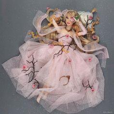 Barbie Princesse Disney, Disney Princess Dolls, Disney Dolls, Princess Aurora, Barbie Diorama, Bride Of Frankenstein Costume, Cool Pencil Cases, Cute Disney Drawings, Disney Sketches