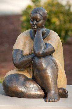 As mulheres retratadas pelo escultor nigeriano Nnamdi Okonkwo, são cheias de gestos, mesmo em sua quietude aparente. Fechando-se em si mesmas, ou interagindo com uma outra forma, suas ações mais sutis evocam uma profundidade de empatia.