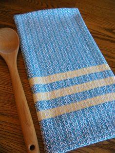 Torchon tissé en turquoises et jaunes suédois étoiles de 100 pour cent cotlin fil. COTLIN laine est filée avec 60 % Lin et 40 % coton. Cette serviette est doux et absorbant et encore très robuste et longue portant. Serviette mesure environ 29 1/2 de large x 30 1/2 de long et a un sergé de style suédois suspendus patte de boutonnage et à la machine les ourlets cousus. Serviettes de bain tissé à la main sont parfaits pour ceux dentre nous qui aspire à réduire et à simplifier nos vie...