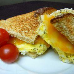 Egg Sandwich Breakfast Toast, Breakfast Items, Breakfast Dishes, Breakfast Casserole, Breakfast Recipes, Egg Recipes, Brunch Recipes, Cooking Recipes, Recipies
