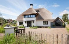 Landelijke villa in Castricum - Atelier 3 >> Cottage stijl Beautiful Homes, Cottage, Cabin, House Styles, Luxe Villa, Home Decor, Dream Houses, September, Design