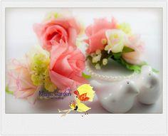Handmade Rose Corsages builds a romantic mood for wedding.  手作りのローズコサージュは結婚式のためのロマンチックなムードを追加します。