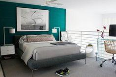 mur d'accent bleu sarcelle dans la chambre grise moderne