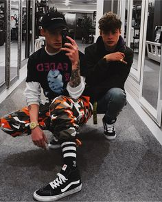 I would like such twins Grunge Fashion, Love Fashion, Mens Fashion, Street Outfit, Street Wear, Modelos Fashion, Vans Style, Mens Trends, Mens Attire
