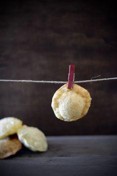 Un aperivo crujiente de pasta suflada, hueca, en cuyo interior hay unas lascas frescas de trufa y espuma de foie mi c...