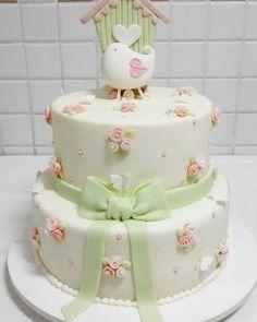 Bolo Floral com casa de passarinho. #floralcake #babycake #birdcake #cakebyRitaFreitas #cakedesigner