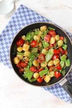 Eenpansgerecht met aardappel en peultjes Vegetarian Recipes, Healthy Recipes, Cooking Recipes, Clean Recipes, Soul Food, Food Inspiration, Food Porn, Dinner Recipes, Easy Meals