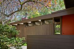 Mid-century modern residence situated in Oxford, California completely redesigned by Koch Architects. Midcentury Modern, Mid Century Landscaping, Mid Century Exterior, Container House Design, Japanese Interior, Mid Century House, Modern Exterior, Mid Century Modern Design, Architecture Design