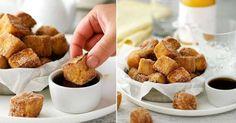 4 plátky bílého toastového chleba,2 velká vejce,¼ hrnku mléka,špetka soli,¼ hrnku krupicového cukru,½ lžičky mleté skořice,3 lžíce másla,javorový sirup na servírování (volitelné) Postup: Z plátků chleba odkrojte kůrku a nakrájejte každý na 9 stejných dílů. Rozšlehejte vejce s mlékem a solí v misce. V druhé míse smíchejte skořici a cukr. Rozpusťte polovinu másla na pánvi. Polovinu kostek obalte ve vaječné směsi a orestujte na pánvi dozlatova. Přemístěte je do skořicové směsi a obalte.