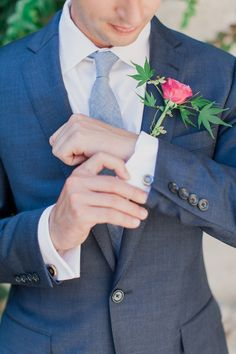 #Groom with a single rose #boutonniere Photography: Mademoiselle Fiona - www.mademoisellefiona.com, Boutonniere by http://www.artisanfleuriste.fr/