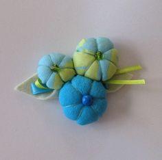 Adorable broche en fleurs de tissus bleus et verts. : Broche par blackpurple