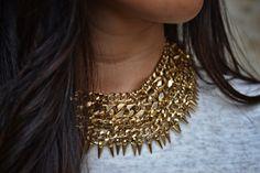 collar dorado en picos