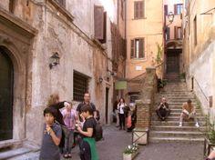 Eisessen in der Via dei Coronari in Rom.