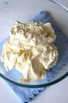 Ganache de chocolate blanco: 400 g de nata líquida para montar 35% m.g. 500 g de chocolate blanco. Verter en el vaso la nata líquida y programar 6 minutos, 90º, vel. 3, añadir el chocolate y programar 30 segundos, vel. 3. Guardar  en el frigo durante al menos 12 horas. Sacar del frigo,  poner la mariposa en el vaso, y montar sin programar tiempo a vel. 3 1/2,  controlando por el bocal hasta que quede bien montado.