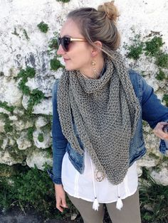 Make a triangle scarf with this easy and free knitting pattern. This scarf is great for spring and summer, to wear with anything! patterns free scarf How To Knit An Easy Triangle Scarf