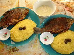 fish with polenta and garlic sauce (peste cu mamaliga si mujdei de usturoi) Romanian Food, Moldova, Garlic Sauce, Polenta, Good Food, Favorite Recipes, Lunch, Fish, Country