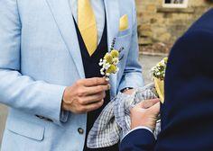 sommerliches Outfit: hellblaues Jacket, dunkelblaue Weste, gelbe Krawatte