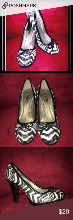 """❤️🖤Unlisted zebra/zig-zag print pumps❤️🖤 I looove these pumps but they no longer fit, so I'm hoping to find them a loving home!   Brand: Unlisted Size: 6.5 Heel: 4""""  In great used condition! Only signs of wear are on the bottom. 🖤❤️🖤❤️ Unlisted Shoes Heels"""